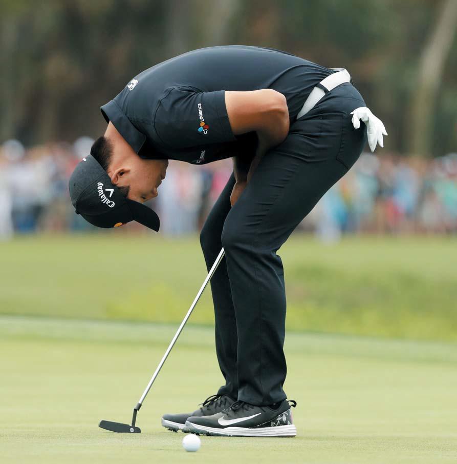 그렇게 잘 들어가던 퍼팅이 우승을 떠올리자 흔들렸다. 김시우가 16일 미국 사우스캐롤라이나주 하버타운 골프링크스에서 열린 PGA 투어 RBC헤리티지 4라운드 18번홀에서 우승을 확정지을 수 있었던 2m 버디 퍼트를 놓친 뒤 아쉬워하고 있다. 김시우는 연장전 끝에 일본의 고다이라 사토시에게 우승컵을 내줬다.