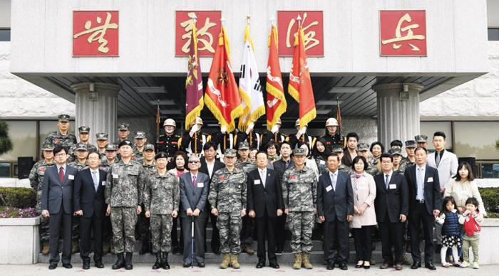 지난 13일 해병대사령부에서 열린 해병대 창설 69주년 행사에서 해병대 병역 명문가로 선정된 5가문과 명예해병 4명이 기념 촬영을 하고 있다.