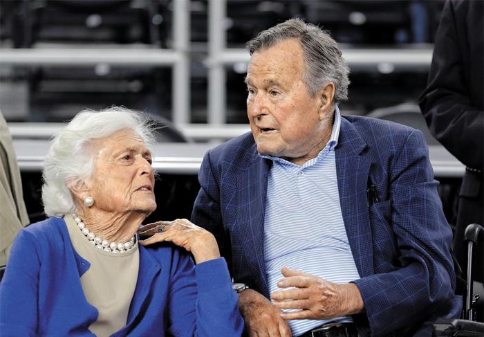 바버라 부시는 남편(재임 1989~1993)과 아들(2001~2009)의 대통령 취임식을 지켜본 유일한 미국 여성이다. 바버라 부시 부부가 2015년 초 미국대학스포츠협회(NCAA) 남자 농구 지역 결선이 열린 휴스턴 체육관을 찾아 이야기를 나누고 있다.