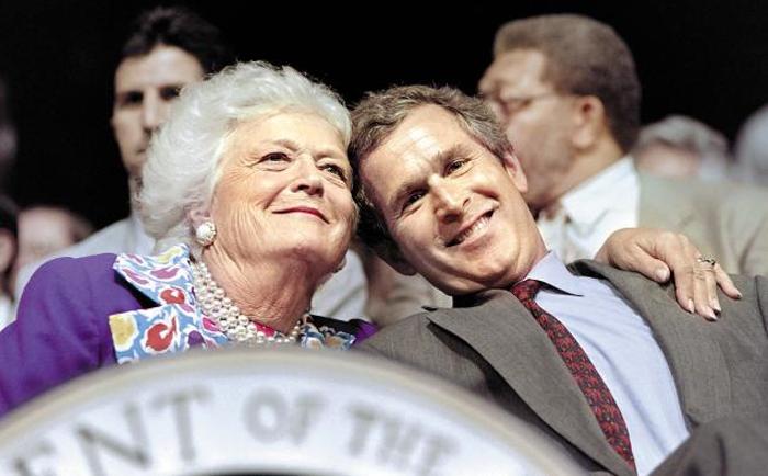 바버라 부시가 퍼스트레이디 시절인 1992년 휴스턴에서 열린 공화당 전당대회에서 아들 조지 W 부시와 다정하게 어깨동무하고 있다.