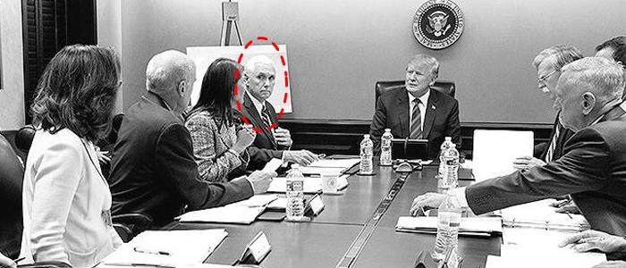 도널드 트럼프 미 대통령이 워싱턴 DC 백악관 상황실에서 마이크 펜스(빨간 점선 원) 부통령 등 참모들과 함께 있는 모습. 세라 샌더스 백악관 대변인은 트위터에 이 사진을 올리며 '트럼프가 시리아 공습 상황을 보고받는 모습'이라고 설명했지만 사실은 공습 하루 전인 12일(현지 시각) 촬영된 사진이었다.