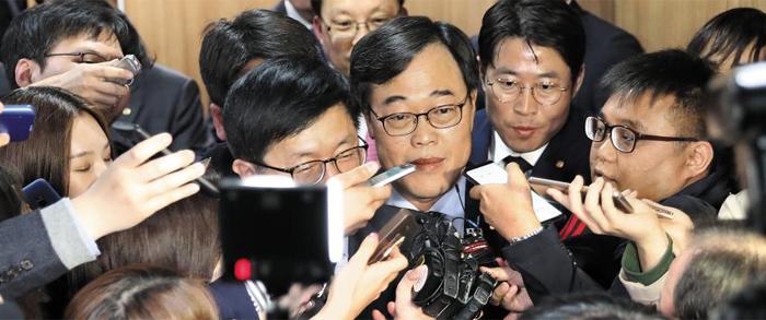 김기식 금융감독원장이 16일 서울 마포구 저축중앙은행중앙회에서 열린 저축은행 최고경영자 간담회를 마친 후 간담회장을 나서고 있다. 김 원장은 이날 선관위의 '위법' 판단이 나오기 전 이 행사에 참석했다.