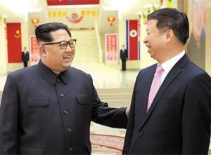 김정은(왼쪽) 북한 노동당 위원장이 14일 노동당 청사에서 쑹타오(宋濤) 중국 공산당 대외연락부장을 만나 인사하고 있다.