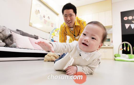 경기도 고양시에 있는 이케아 어린이집에서 박용훈씨가 휴식시간 중 잠깐 들러 예온이를 돌보고 있다.
