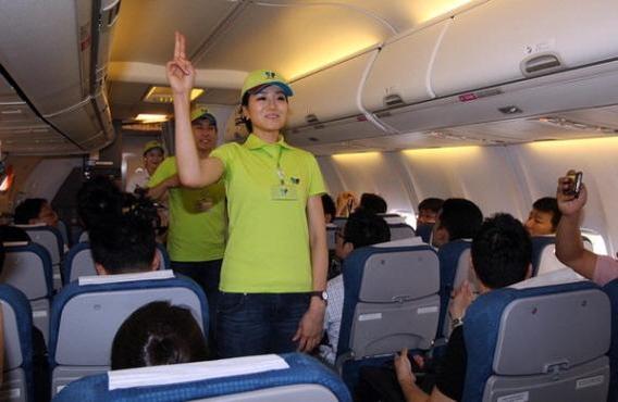 지난 2012년 조현민 당시 진에어 전무가 객실승무원을 맡아 탑승객들에게 인사를 하고 있다. 미국 국적인 조 전무는 당시 항공안전법을 어기고 진에어 등기임원을 맡았었다. /진에어 제공