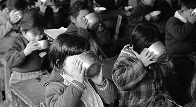 1962년 2월 시작된 학교 우유 급식 모습.