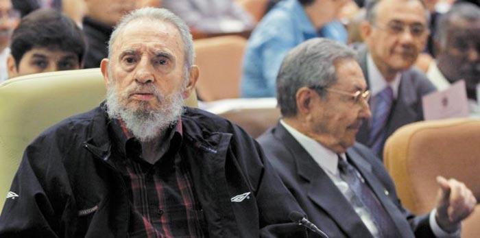 고(故) 피델 카스트로(왼쪽)가 지난 2013년 2월 동생 라울 카스트로의 국가 평의회 의장직 임기(5년) 연장을 발표하는 자리에 참석해 발표를 듣고 있다.