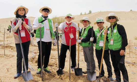 지난해 중국 네이멍구 지역에서 나무 심기 활동 중인 한국환경산업기술원 직원들.