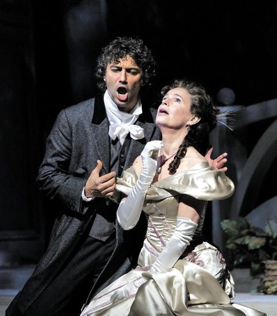 2014년 2월 14일 뉴욕 링컨센터 메트로폴리탄 오페라 하우스에서 요나스 카우프만(왼쪽)과 소피 코흐가 오페라 '베르테르' 공연을 앞두고 리허설을 하고 있다.