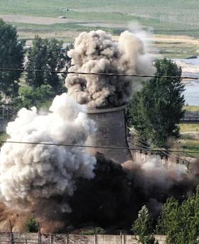 2008년 북한의 영변 핵 냉각탑 폭파쇼 - 지난 2008년 6월 27일 북한 영변 핵 시설의 원자로 냉각탑이 폭파되고 있다. 당시 북한의 냉각탑 폭파를 '핵 폐기' 의지로 받아들인 미국은 북한을 테러지원국에서 해제했지만 북한은 핵 개발을 멈추지 않았고 냉각 시설을 복구해 핵 시설을 재가동했다.