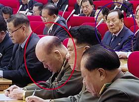 졸고 있는 리명수, 그걸 지켜보는 '저승사자' - 리명수(붉은색 원) 북한군 총참모장이 20일 열린 당 중앙위 전원회의에서 조는 모습을 뒷줄에 앉은 조연준(파란색 원) 당 검열위원장이 노려보고 있다. 김정은의 고모부 장성택 등의 숙청에도 관여한 적 있는 조연준은 '저승사자'란 별명을 갖고 있다.