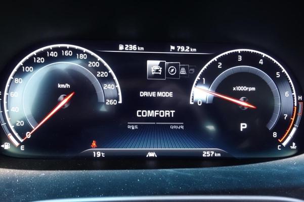 신형 K9의 스티어링휠 안쪽 계기판 /진상훈 기자