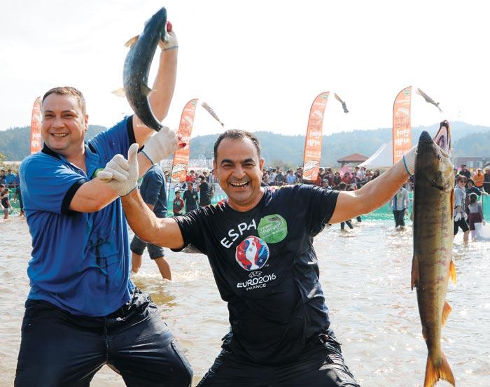 지난해 10월 양양 연어축제를 찾은 외국인 참가자.