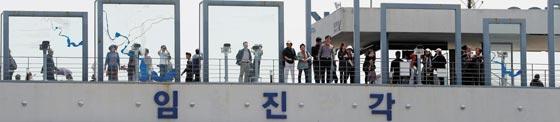 29일 오전 경기도 파주시 임진각 전망대에서 관광객들이 북한 쪽을 바라보고 있다.
