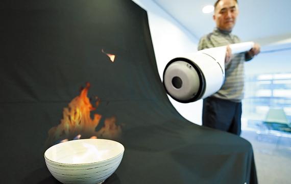 100헤르츠 이하의 저주파를 쏘는 음파 소화기로 불을 끄는 실험 장면.