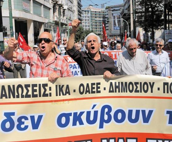지난 25일 그리스 아테네 시민들이 정부의 연금 삭감 조치에 반대하며 거리로 뛰쳐나와 항의하고 있다.