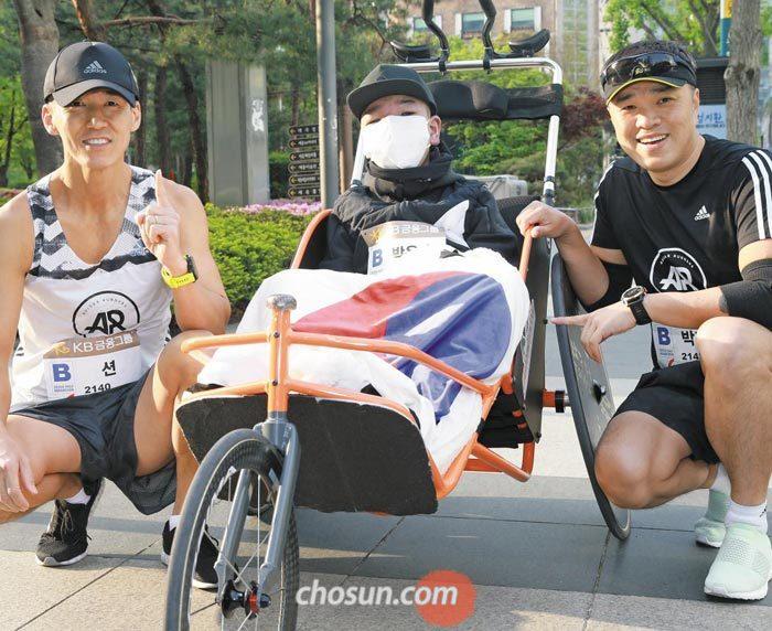 가수 션(맨 왼쪽)과 은총이 아버지 박지훈(맨 오른쪽)씨는 서울하프마라톤에 도전한 은총이(가운데)의 든든한 버팀목이었다.