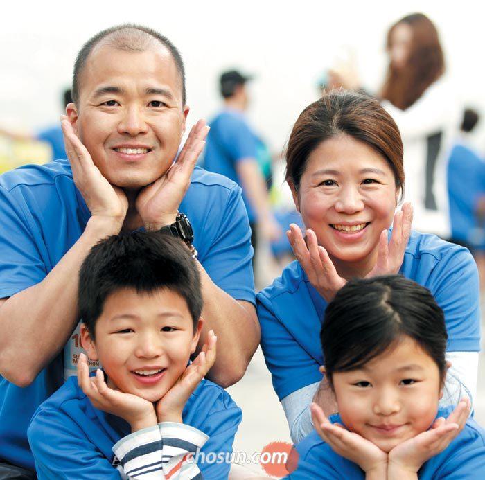아빠와 엄마, 아들, 딸이 총출동한 김치헌 서울대병원 신경외과 교수 가족.