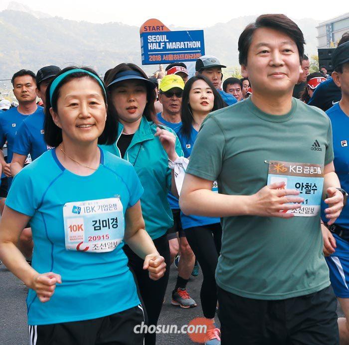 안철수(오른쪽) 바른미래당 서울시장 후보가 아내 김미경 서울대 교수와 함께 10㎞ 코스를 달리는 장면.