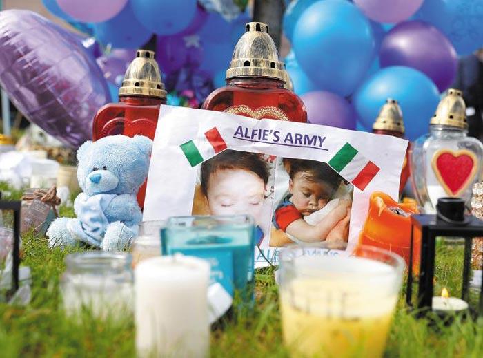 28일(현지 시각) 영국 리버풀의 올더 헤이 아동병원 앞 잔디밭에 퇴행성 뇌신경 질환을 앓다 병원의 연명 치료 중단으로 숨진 23개월 아기 알피 에번스를 추모하는 물품들이 놓여 있다.