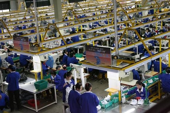 남북정상회담 이후 남북경협에 대한 기대감이 높아지고 있다. 사진은 2015년 2월 개성공단에서 근로자들이 작업하는 모습. /연합뉴스 제공