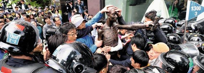 1일 오전 민노총이 주도하는 적폐청산·사회대개혁 부산운동본부 측 시위대가 부산 동구 초량동 일본 총영사관 앞으로 강제징용노동자상을 옮기려다 이를 막으려는 경찰과 몸싸움을 벌이고 있다.