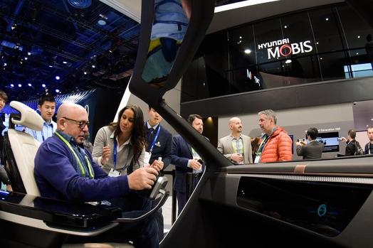 올해초 개최된 CES에서 현대모비스 전시관을 방문한 관람객들이 미래 기술을 직접 체험하고 있다. /현대모비스 제공