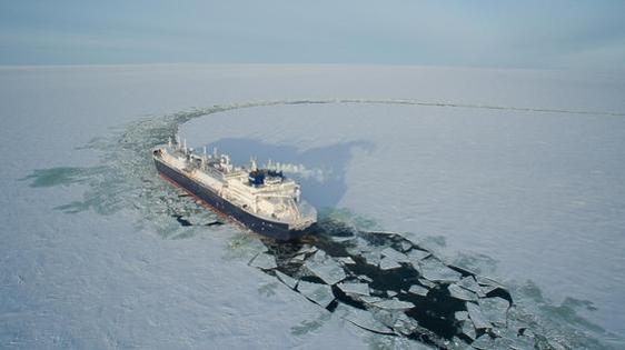 대우조선해양이 인도한 쇄빙LNG선이 북극해의 빙하를 뚫으며 운항하고 있다. /대우조선해양 제공