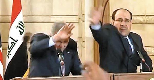 알 자이디 기자가 던진 신발(점선)이 날아들자 조지 부시(왼쪽) 미 대통령이 고개를 숙이며 피하고 있다.