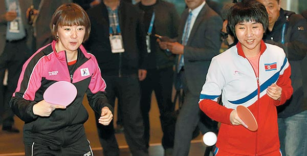 3일 스웨덴 할름스타드 한 호텔에서 한국 대표 서효원(왼쪽)과 북한 대표 김남해가 남북 연합팀 시범 경기 이벤트를 치르는 모습.