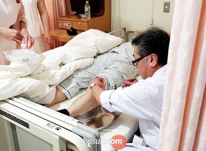 일본 오사카 니시하라클리닉에서 의료진이 한국인 환자의 무릎에 고농도 줄기세포액을 주입하고 있다.