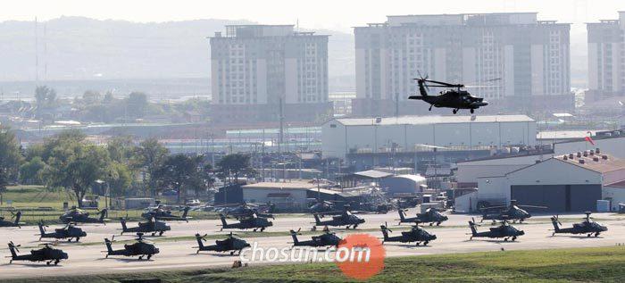 '주한미군 감축'논란이 있었던 4일 오후 경기 평택에 있는 캠프 험프리스 상공을 미군 헬기가 비행하고 있다.
