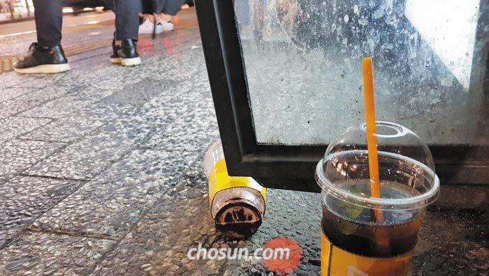 지난 6일 서울 마포구 한 버스 정류장에 일회용 커피컵이 길바닥에 버려져 있다.