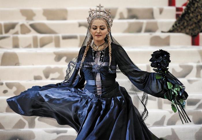 가수 마돈나가 목에는 십자가 목걸이를 두르고, 머리엔 십자가 왕관을 쓴 채 뉴욕 메트로폴리탄 미술관에서 열린 '멧 갈라'에 나타났다. 몸통에 십자가 문양의 망사를 덧댄 의상은 장 폴 고티에가 디자인했다.