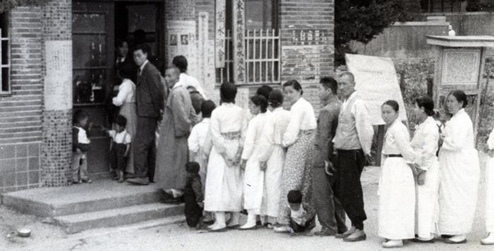 1948년 5월 10일 제헌의원 선거에 참여한 유권자들이 투표하기 위해 줄 서 있는 모습.