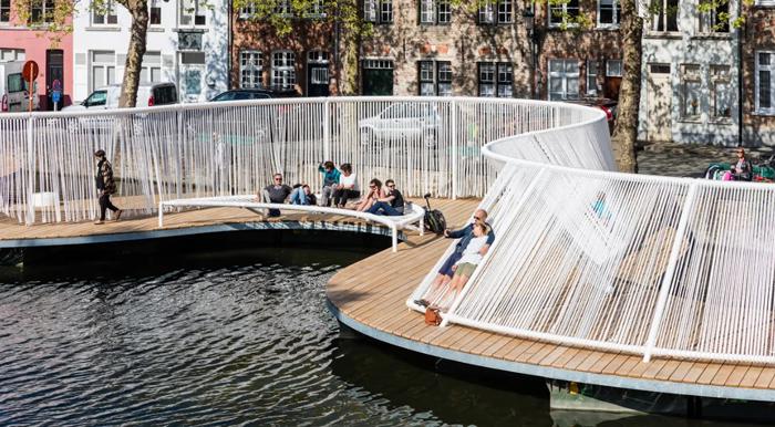 벨기에의 브루게 건축 트리엔날레에 출품된 '떠 있는 섬'. 운하 위에 떠 있는 수상 건축물에서 시민·관광객들이 휴식을 취하고 있다.