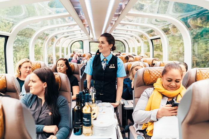 기차 여행 내내 기내식과 각종 디저트, 와인 등이 제공된다.