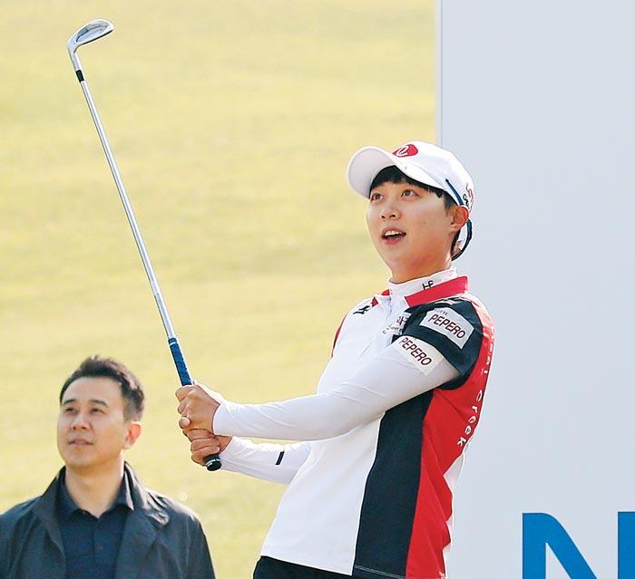 김효주가 10일 수원컨트리클럽에서 대회를 앞두고 열린 '왼손 챌린지'에서 왼손으로 아이언샷을 하고 있다.