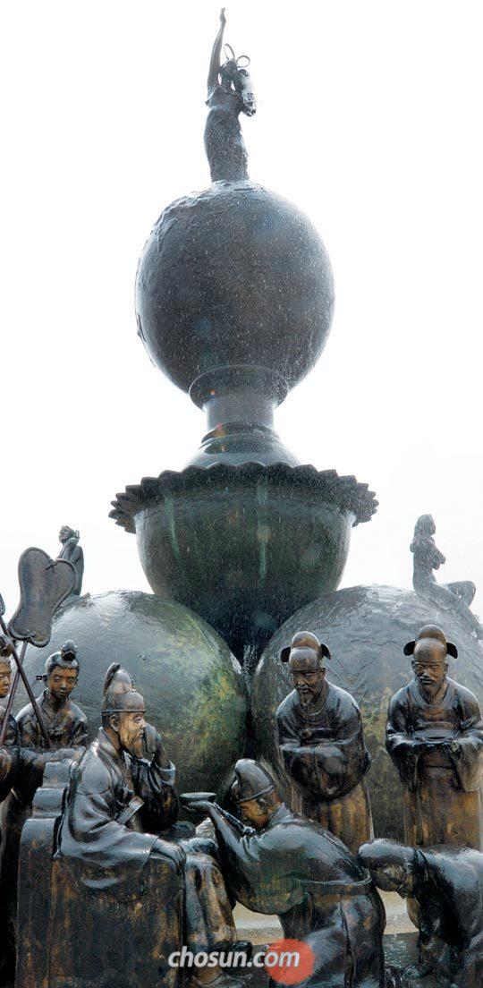 지난 1일 충북 청주시 내수읍 초정리 초정약수 터에 설치된 상징탑에서 물이 솟아나오고 있다.