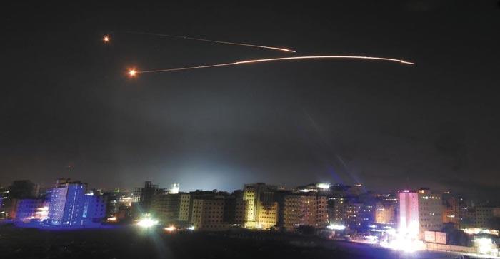 이스라엘군이 지난 10일(현지 시각) 시리아에 주둔하고 있는 이란 군사기지를 목표로 발사한 미사일이 시리아 수도 다마스쿠스 상공을 날아가는 모습.