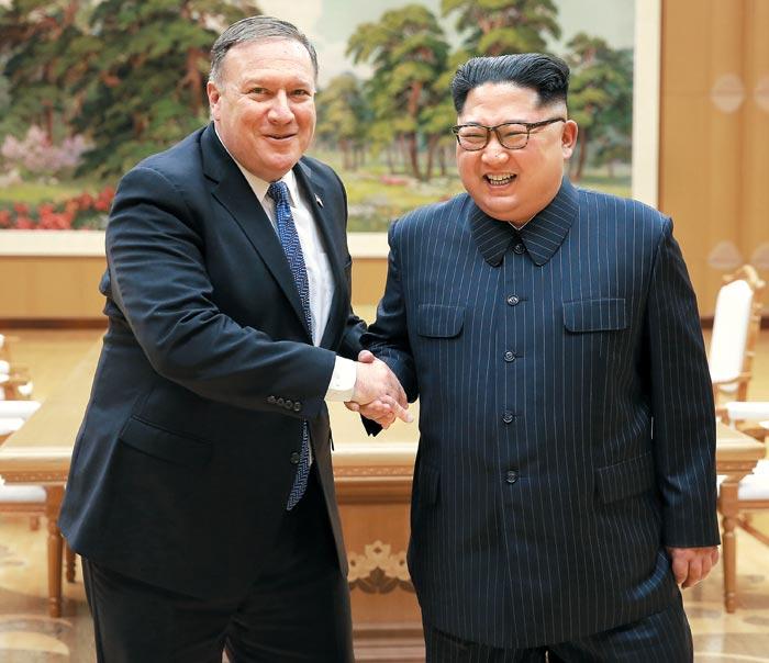 마이크 폼페이오 미 국무장관과 김정은 북한 국무위원장이 9일 평양 노동당 중앙위 청사에서 회담을 갖기 전 기념 촬영을 하고 있다.