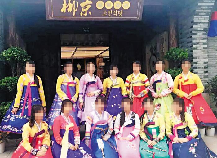 집단 탈출했다고 알려진 북한 종업원들이 중국 저장성 닝보의 북한식당에서 근무할 당시 찍은 사진.