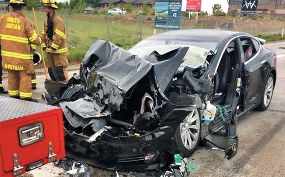 또 사고친 테슬라… 가만히 있는 소방차에 쾅 - 11일(현지 시각) 미국 유타주의 사우스 조던시의 한 도로에서 전기차 업체 테슬라의 모델S 차량이 정차돼 있는 소방트럭을 추돌하면서 모델S 운전자의 발목이 골절되는 사건이 발생했다. 자율주행 시스템이 사고 당시 작동하고 있었는지는 확인되지 않았다.