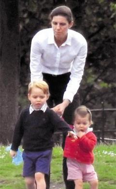 2016년 7월 영국 왕실의 유모 마리아 보랄로(가운데)가 윌리엄 왕세손 부부의 자녀인 조지(왼쪽) 왕자와 샬럿 공주를 데리고 켄싱턴 정원에서 새에게 모이를 주고 있다.