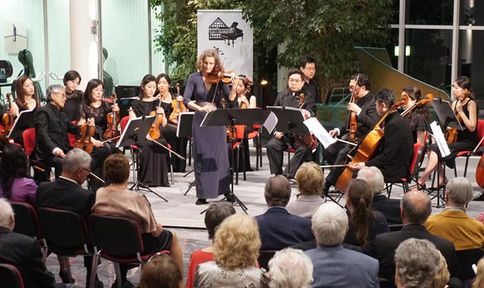 12일 밤(현지 시각) 독일 에켈스하우젠 음악 축제에서 연주하는 코리안챔버오케스트라.