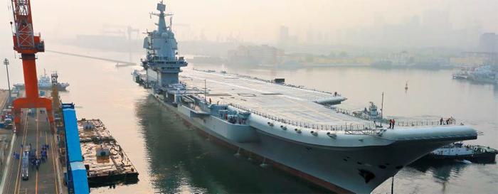 중국이 직접 만든 첫 항공모함, 다롄 떠나 시험 운항 - 중국의 첫 자국산 항공모함 'OO1A'함이 13일 오전 7시(현지 시각) 보하이(渤海)만 해역을 도는 시험 운항을 위해 랴오닝성 다롄시 부두에서 출발하고 있다. 지난해 4월 진수식이 이뤄진 지 1년 만이다. 이 항모는 7만t급 디젤 추진 중형 항모로 젠(殲)-15 함재기를 40대까지 탑재 가능하고, 4대의 평면 위상 배열 레이더를 갖췄다. OO1A함이 내년 하반기에 해군에 정식 인도되면 중국은 기존 랴오닝함과 더불어 두 척의 항공모함을 운영하는 국가가 된다. 랴오닝함은 우크라이나에서 들여온 구소련 항모를 개조해 2012년 진수한 5만5000t급 항공모함이다.