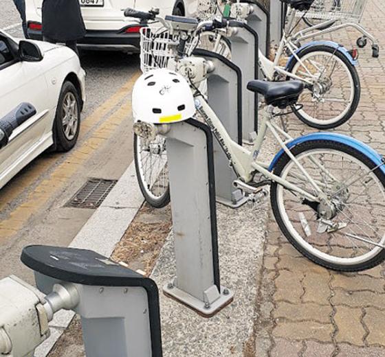 대전 시내에 있는 공유 자전거 대여소에 놓여 있는 자전거 헬멧. 대전시는 2014년 자전거 헬멧 150개를 대여소에 배치했지만 두 달도 되지 않아 헬멧의 90%를 분실했다.