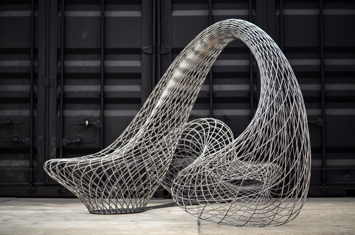 '드래건 벤치' - 요리스 라르만의 대표작 '드래건 벤치(Dragon Bench)'. 길이 3.2m 높이 1.6m다. 스테인리스스틸 케이블이 허공에 던진 그물처럼 복잡하게 연결돼 있다. 용이 꿈틀거리는 모습을 연상시키기도 하는 이 작품은 라르만이 정교하게 계산한 프로그램과 3D 프린터로 만든 것이다.