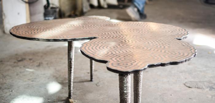 서울에서 처음 공개된 '튜링 테이블'. 동물 줄무늬 같은 무늬가 새겨져 있다.