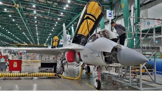 경남 사천에 있는 KAI의 본사 항공기동에서 직원들이 T-50을 점검하고 있다./KAI 제공